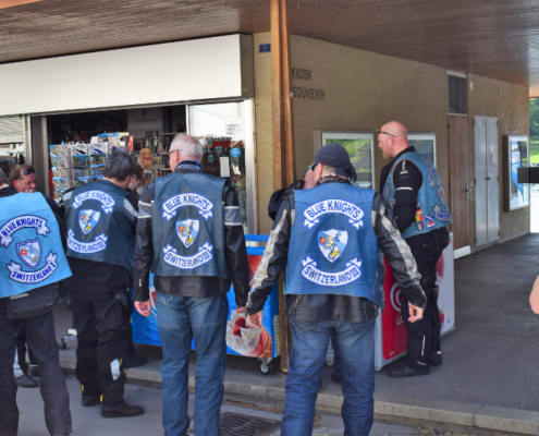 Fotografie Red Knights Germany 1 Visit CH 1 Ausflug Blue Knights am Kiosk