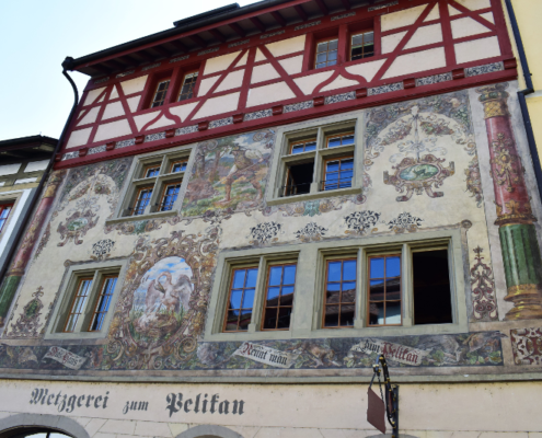 Fotografie Red Knights Germany 1 Visit CH 1 Ausflug Stein am Rhein Rundgang Häuserfront Motivbemalung zum Pelikan