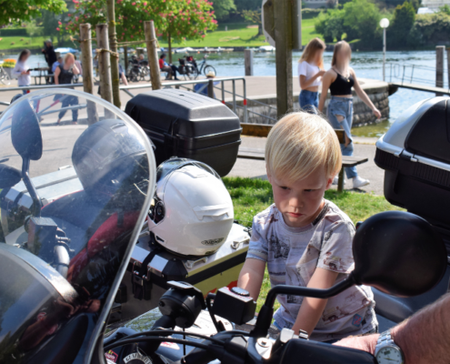 Fotografie Red Knights Germany 1 Visit CH 1 Ausflug kleiner Mann findet Töff Schlüssel von Joke auf Motorrad immer noch skeptisch