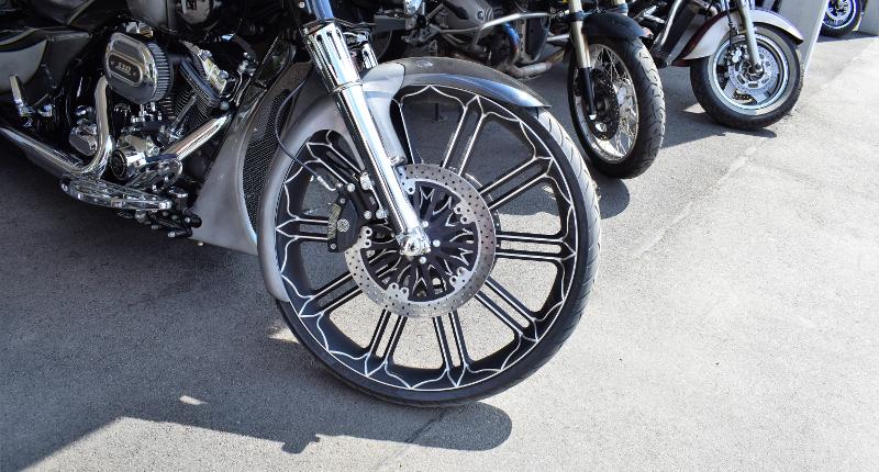 Fotografie Red Knights Germany 1 Visit CH 1 Harley Davidson mit ungewöhnlich großem Vorderrad
