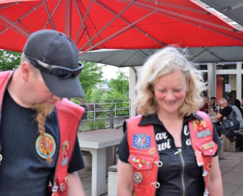 Fotografie Red Knights Germany 1 Visit CH 1 beim gemeinsamen Grillen Ansicht CH-Member Mounti und Harleybiene