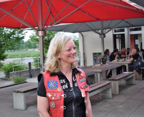 Fotografie Red Knights Germany 1 Visit CH 1 beim gemeinsamen Grillen Ansicht CH-Member Harleybiene
