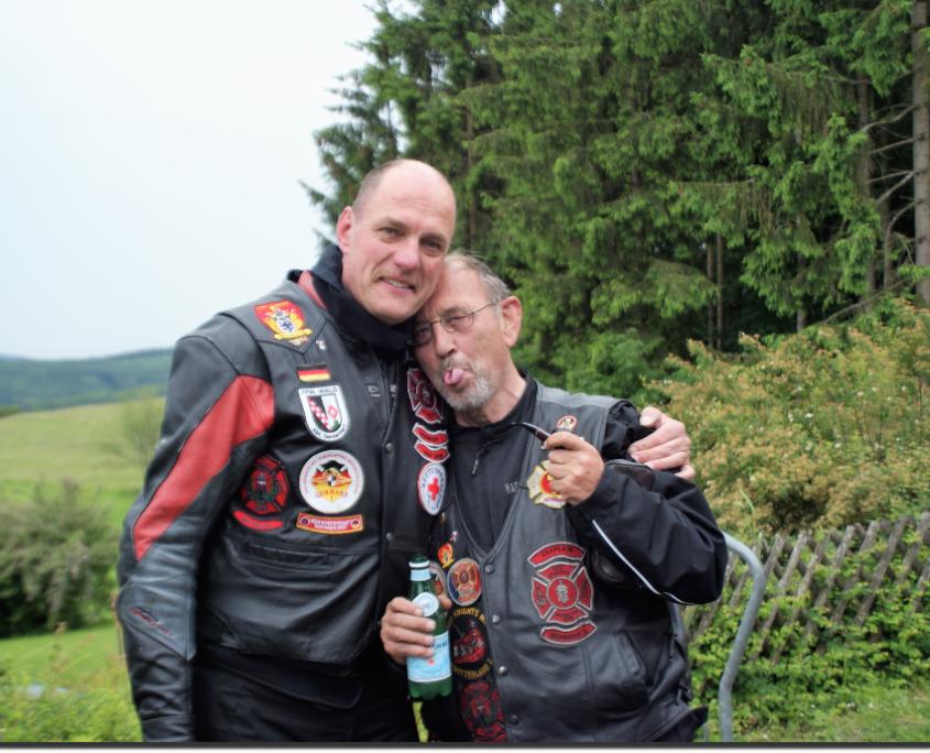 Padre und Herby in Umarmung