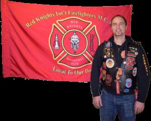 Mitglied Webi vor Red Knights Fahne